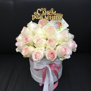 Композиция в шляпной коробке из нежных эквадорских роз