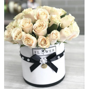 Композиция в шляпной коробке из эквадорских роз