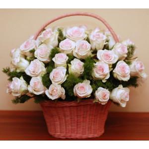 Корзина из нежных эквадорских роз