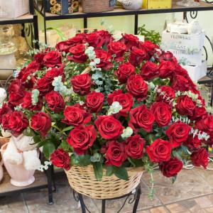 Корзина из красных эквадорских роз